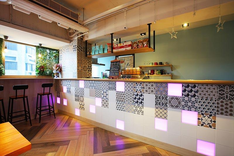 台中文青旅店設計-餐廳吧台特殊花磚拼貼融合嵌入式的色塊燈光