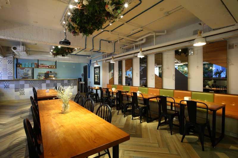 台中文青旅店設計-餐廳天花板保留初始裸露管線帶出淡淡的文青工業風