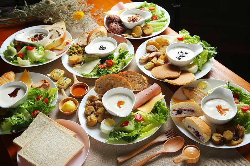 台中文青旅店早餐-當季新鮮蔬果食搭配在地農產品台農57號黃金地瓜和萵苣生菜